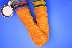 Meisje met koffie gekleurde sokken Royalty-vrije Stock Fotografie