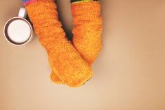 Meisje met koffie gekleurde sokken Royalty-vrije Stock Foto's