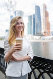 Meisje met koffie om te gaan Royalty-vrije Stock Afbeeldingen