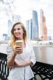 Meisje met koffie om te gaan Stock Afbeelding