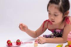 Meisje met Kokend Toy Set/Meisje met het Koken van Stuk speelgoed stock afbeeldingen