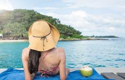 Meisje met kokosnoot op tropische bestemming stock afbeelding