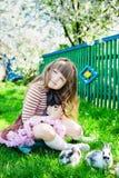 Meisje met konijn Stock Afbeeldingen