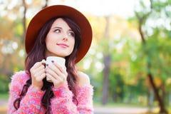 Meisje met kop van koffie Stock Afbeelding