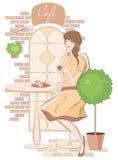 Meisje met kop van koffie bij koffie Stock Afbeeldingen