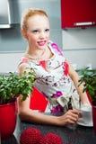 Meisje met kop van koffie in binnenland van keuken Royalty-vrije Stock Fotografie