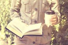 Meisje met kop van koffie en een boek Royalty-vrije Stock Fotografie