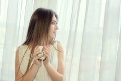 Meisje met kop van koffie voor conceptontwerp De vrouwenportret van de close-up royalty-vrije stock foto