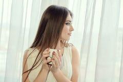 Meisje met kop van koffie voor conceptontwerp De vrouwenportret van de close-up stock afbeelding