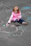 Meisje met krijt op asfalt Royalty-vrije Stock Afbeeldingen