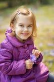 Meisje met krokussen Stock Foto's