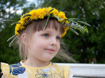 Meisje met kroon van paardebloemen op hoofd Stock Foto's