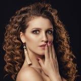 Meisje met krullend haar Royalty-vrije Stock Afbeeldingen
