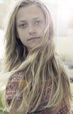 Meisje met lang blond haar Stock Afbeeldingen