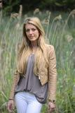 Meisje met lang blond haar stock fotografie
