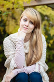 Meisje met lang blond haar in openlucht Stock Afbeelding