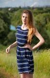 Meisje met lang haar in een de zomerkleding Royalty-vrije Stock Afbeelding