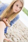 Meisje met lang haar in het zand Royalty-vrije Stock Fotografie