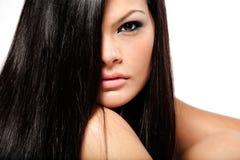 Meisje met lang zwart haar. stock foto
