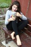 Meisje met lange krullende bruine haarclose-up portriat Royalty-vrije Stock Afbeeldingen