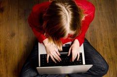 Meisje met laptop Royalty-vrije Stock Afbeeldingen