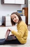 Meisje met laptop Stock Foto