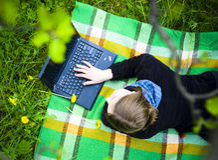 Meisje met laptop Stock Afbeeldingen