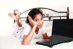 Meisje met laptop computer royalty-vrije stock fotografie