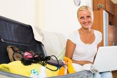 Meisje met laptop en bagage stock afbeeldingen