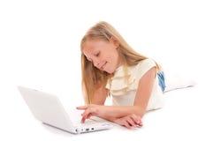Meisje met laptop op witte achtergrond Royalty-vrije Stock Afbeelding