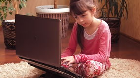 Meisje met laptop thuis stock video