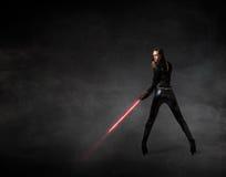 Meisje met laserzwaard op hand stock afbeeldingen