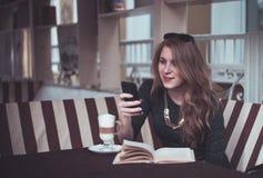Meisje met latte stock foto