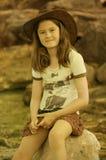 Meisje met leerhoed Stock Afbeeldingen