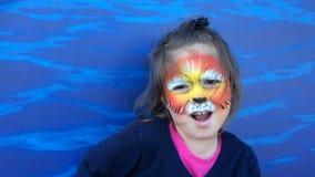 Meisje met leeuwgezicht schilderen die als een leeuw brullen stock videobeelden