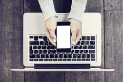 Meisje met lege celtelefoon en laptop Royalty-vrije Stock Foto's