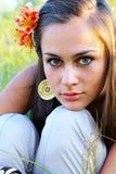 Meisje met lelie in haar haar Stock Fotografie