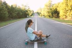 Meisje met longboard stock afbeelding