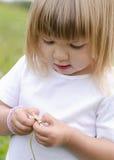 Meisje met madeliefjebloem Stock Fotografie