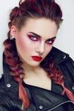 Meisje met make-up in een rotsstijl stock afbeeldingen