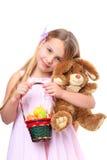 Meisje met mand van paaseieren en Pasen konijntje Stock Foto's