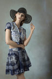 Meisje met manier gedrukte kleren Stock Afbeeldingen