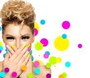 Meisje met manierkapsel en kleurrijk nagellak Royalty-vrije Stock Afbeeldingen