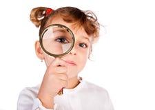 Meisje met meer magnifier Stock Afbeelding