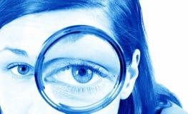 Meisje met meer magnifier Stock Foto