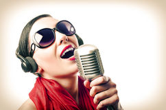 Meisje met microfoon Stock Foto's