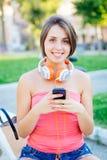 Meisje met mobiele telefoon stock foto's