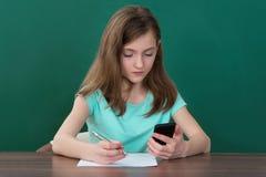Meisje met Mobiele Telefoon en Boeken royalty-vrije stock fotografie