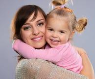 Meisje met moeder Stock Afbeeldingen