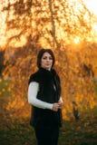 Meisje met moeder die in het park in de herfst lopen Stock Foto's